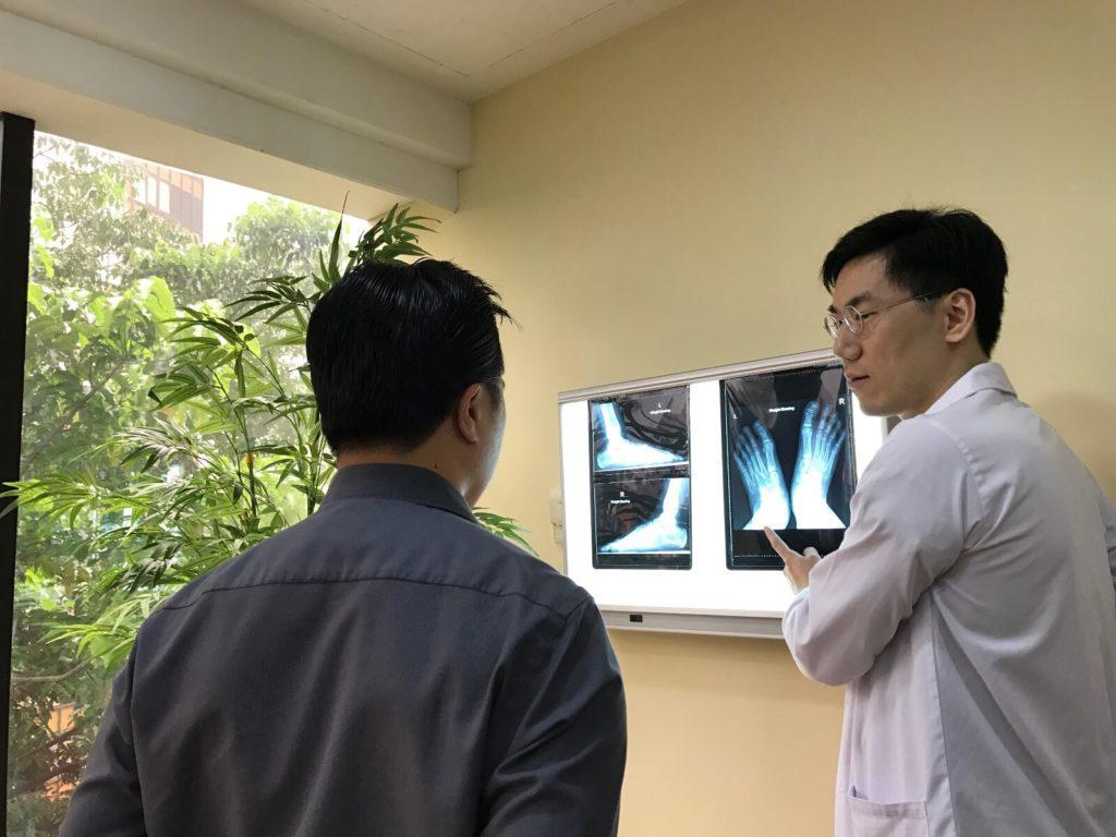 dr-michael-explaining-x-ray-1024x768